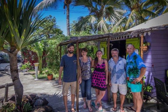 Le Vacoa: La famille Tabara (Anca & Liviu) avec le proprietaires Nathalie, Yves et Benjamin