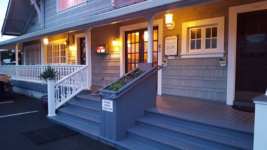 Whistling Winds Motel: The evenings are peaceful. Soft glow of the lights. Cool breeze. Sound of the ocean....