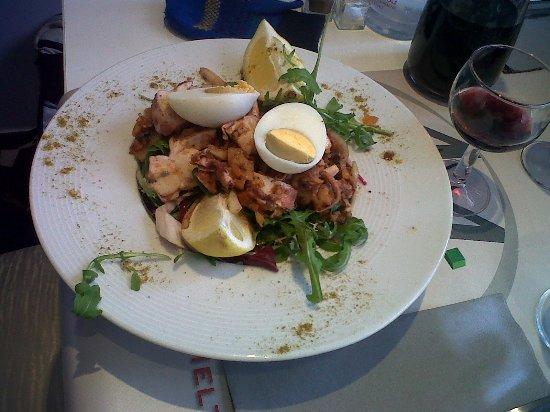 """La Penne-sur-Huveaune, France: """"grande"""" salade de poulpes sur beaucoup de salade"""