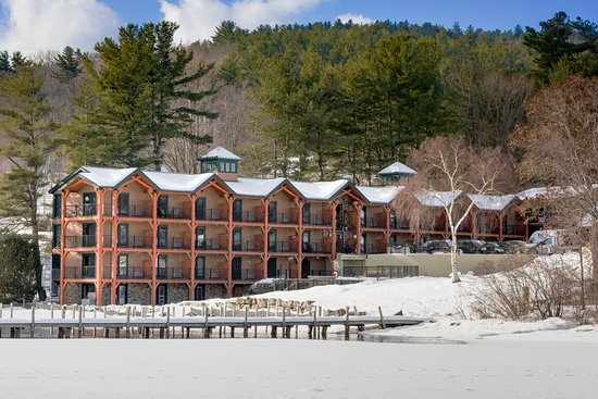 Center Harbor, Nueva Hampshire: Close in view of the Inn from across the lake.