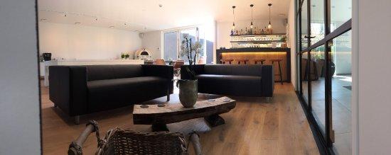 Sint Andries, Belgia: Centrale ruimte met haard, bar & Jukebox