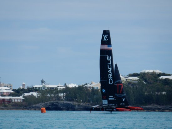 St. George, Islas Bermudas: Team Oracle's boat practicing for the upcoming America's Cup