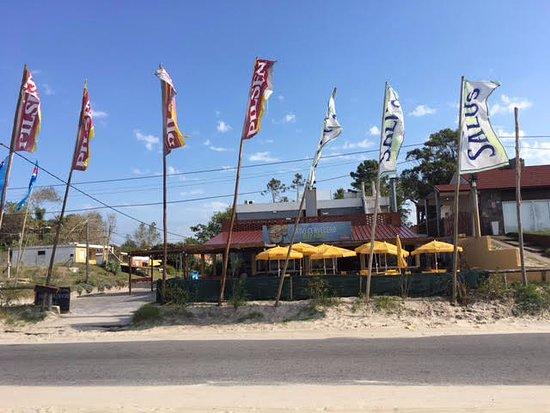 El Nido Beach Hotel: Detrás de las banderas y encima de las sombrillas amarillas: el Hotel