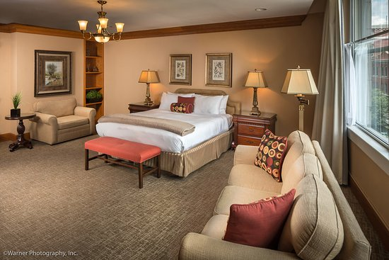 Haywood Park Hotel: Master King Suite w sitting area