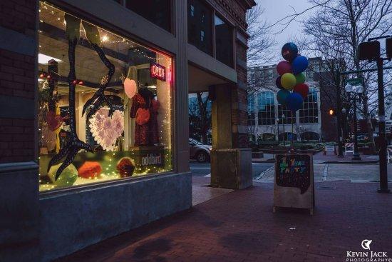 Charleston, Virginia Occidental: Celebration sale at dusk