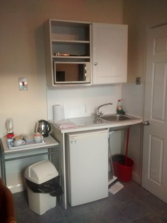 Huddersfield Central Lodge Hotel : Kitchette with fridge, microwave, sink, plates and cutlery in bupboard. Teatray as well.