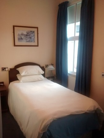 Huddersfield Central Lodge Hotel : Comfortable bed.