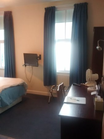 Huddersfield Central Lodge Hotel : Room on entering, light and airy.