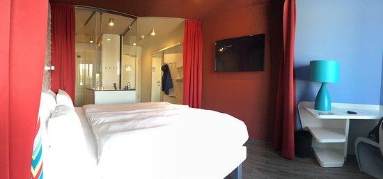 Grömitz, Deutschland: Moderne, offene Zimmer mit gläsernem Bad.