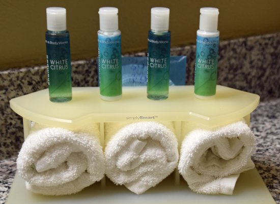 Holiday Inn Express Hotel & Suites Rancho Mirage - Palm Spgs Area: Ample amenities in the bathroom