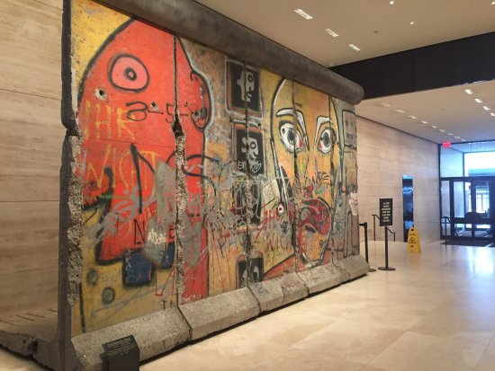‪The 520 Madison Avenue Berlin Wall‬