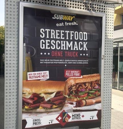 Kirchheim bei Munich, Alemania: Werbung vor der Tür