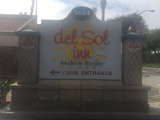 Anaheim Del Sol Inn: Hotel sign to look for on the street