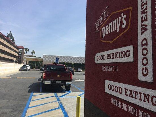 Anaheim Del Sol Inn: Location behind Denny's by the crosswalk in to Disney