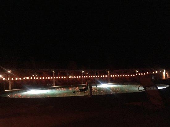 Όχο Καλιέντε, Νέο Μεξικό: Spa area at night.