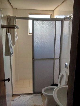 Lider Palace Hotel: Banheiro espaçoso