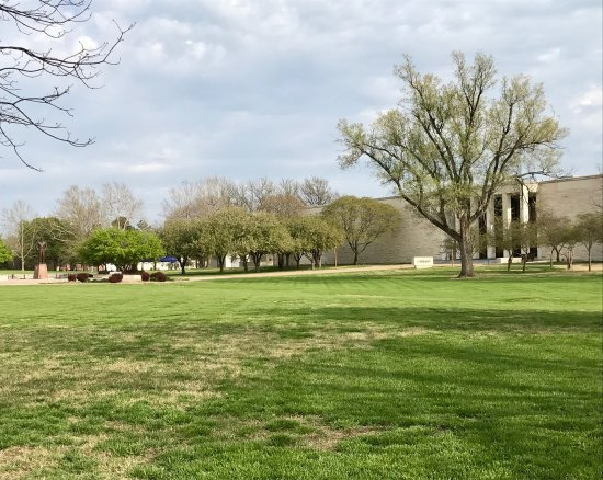 Abilene, KS: Very nice grounds; must see for history buffs! Bring a picnic, plenty of tables and shady trees