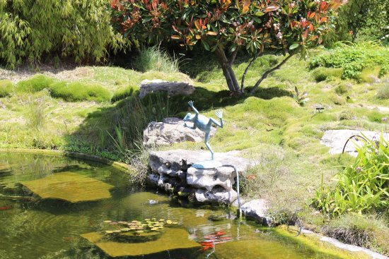 Carpinteria, Kalifornien: Landscaping with fish ponds and fountains