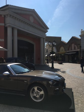 outlet castel romano negozi hogan