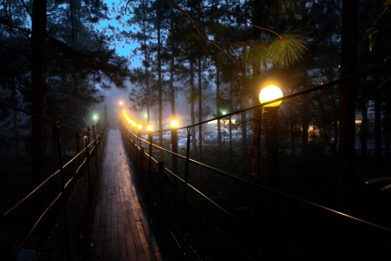 Mount Kinabalu Heritage Resort & Spa: Hanging Bridge linking the old hotel building to the chalets