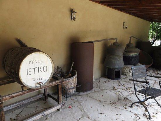 Erimi, Cyprus: vecchi attrezzi nel cortile