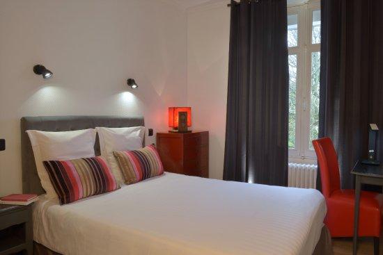 Buzancais, France: Chambre standard douche italienne. Lit 140