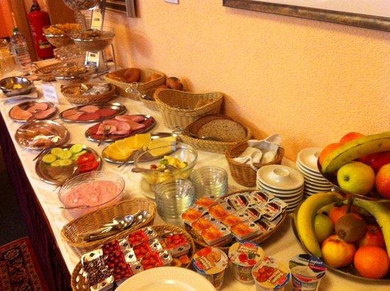 Hotel Lonac: Breakfast buffet