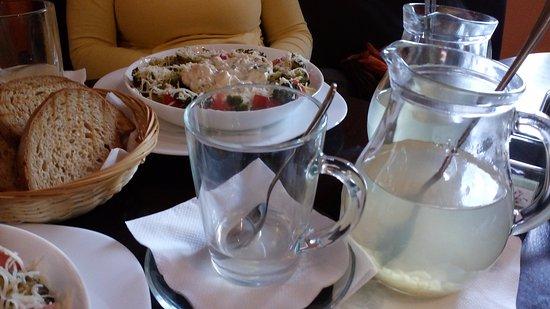 Michalovce, Slovaquie : Zázvorový čaj z čerstvého zázvoru s citrónom a medom