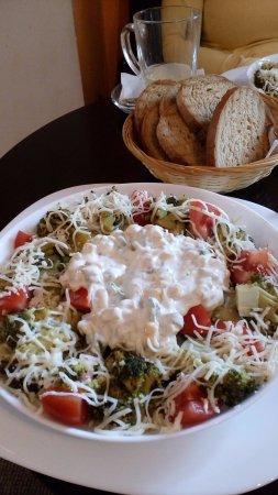 Michalovce, Slovaquie : šalát Brokolo - čerstvá zelenina, dressing, cesnakové hrianky