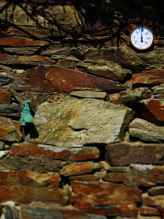 Vialas, Francia: Détail mur du Mas du Coupétadou