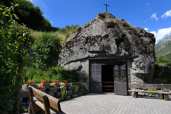 Täsch, Sveits: The Fuxstein chapel surrounded by meadows and pastures - © Zermatt Tourismus