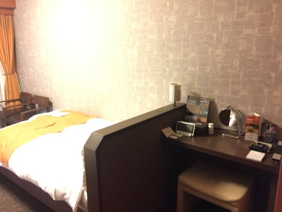Dormy Inn Premium Kyoto Ekimae: We have 2 beds in the room, this is one of the corners