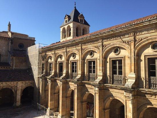 Hotel Real Colegiata de San Isidoro: Vistas de la Real Colegiata de San Isidoro y su hotel anexo.