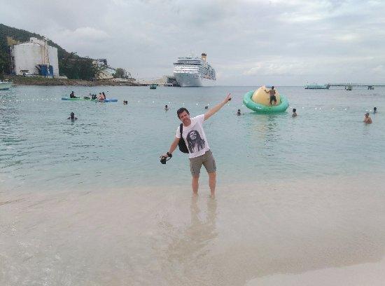 Ocho Rios Bay Beach : Praia gratuita no espaço comercial próximo do terminal de cruzeiros