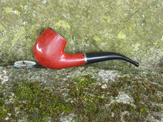 Minstead, UK: The pipe on the grave.