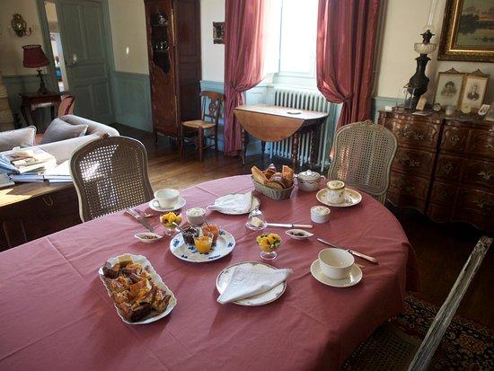 Manoir de La Villeneuve : Breakfast - an exceptional spread (there was more on the sideboard!)