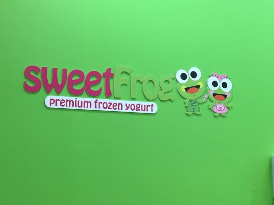 Cicero, Estado de Nueva York: Sweet Frog - logo on wall behind counter