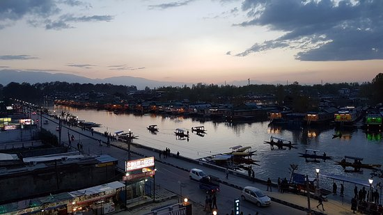 Welcome Hotel Srinagar: Evening view to the west