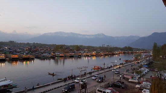 Welcome Hotel Srinagar: evening to the East