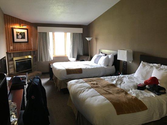 BEST WESTERN University Inn: Huge room, fireplace, and high ceiling