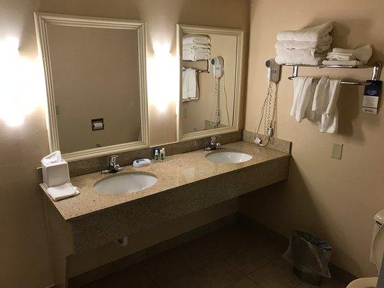 BEST WESTERN University Inn: Dual vanities