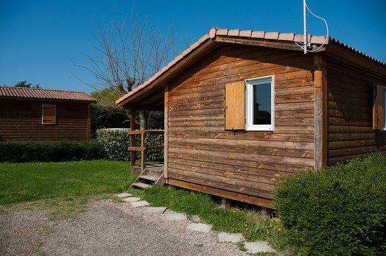 Camping a la ferme des epinettes cremieu france voir for Camping a la ferme auvergne piscine