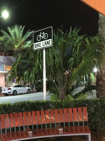 Sun Harbour Boutique Hotel: Elegantes callecitas para transitar por la noche.Varios restaurantes