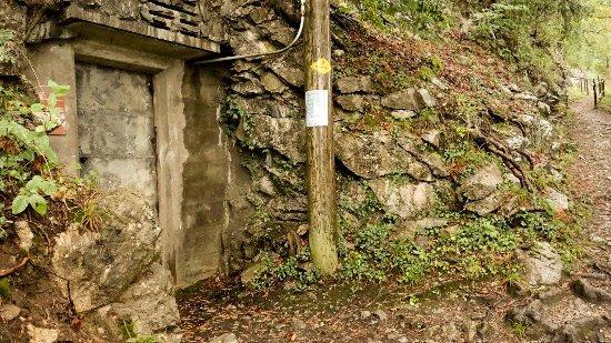 Merligen, İsviçre: Eingang zum Infanteriebunker Fischbalmen.