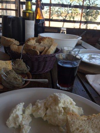 Colfiorito, Ιταλία: Ricotta fresca e patè di fegato con pane fatto in casa