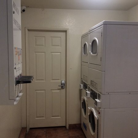 El Monte, CA: Laundry room