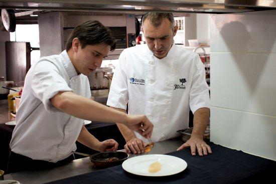 Chez Jerome: Chef Jerome y Souschef afinando detalles.