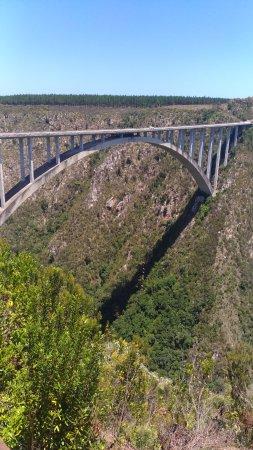 Tsitsikamma National Park, Sør-Afrika: Vista da ponte de onde fica o estacionamento e um restaurante