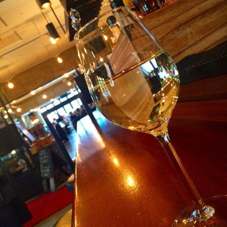 Una pizzeria e bar : Digger dette stedet. Ordentlig italiensk mat, hyggelige ansatte, nydelig prosecco og flott lokal
