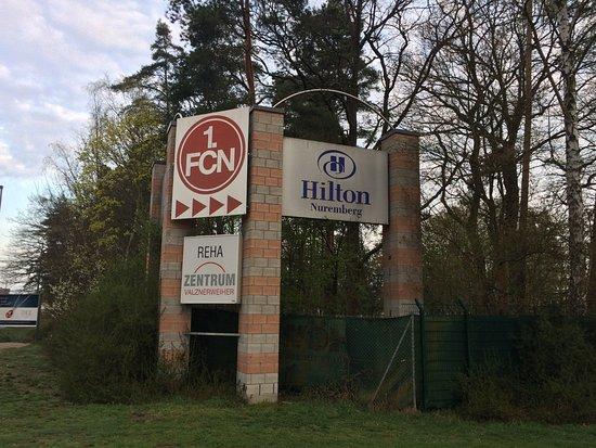 Hilton Nuremberg: Zugang zum Hotel (Einfahrt)